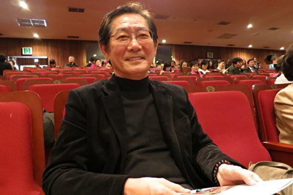 """在韩国家喻户晓的著名电影演员全茂松(JEON MOO SONG),盛赞神韵演员""""是(一群)了不起的舞台人士在演绎著卓越的舞台效果。""""(摄影:李真 / 大纪元)"""