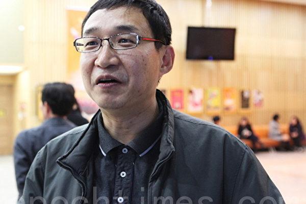 特许法人律师李承龙(音)和朋友家人一起来观看神韵晚会。(摄影:金珍泰/大纪元)