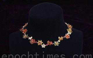 春天系列的项链,可从中间分开变成2条手链。(摄影: 余钢 / 大纪元)