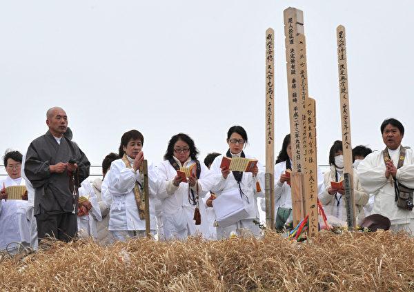 2012年3月8日,宫城縣名取市,民眾舉行悼念儀式。(KAZUHIRO NOGI/AFP)