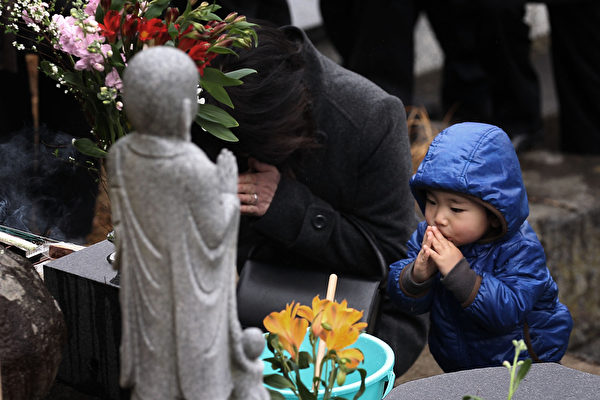 2012年3月10日,陸前高田市,民眾祭拜罹難親屬。 (Chris McGrath/Getty Images)
