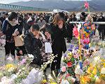 2012年3月11日,宮城縣石卷市,民眾為罹難者祝禱。(KAZUHIRO NOGI/AFP)