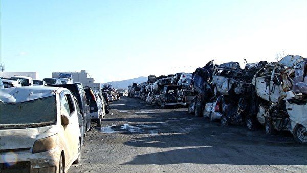被擠壓變形的汽車殘骸(攝像:楊樹森/大紀元)