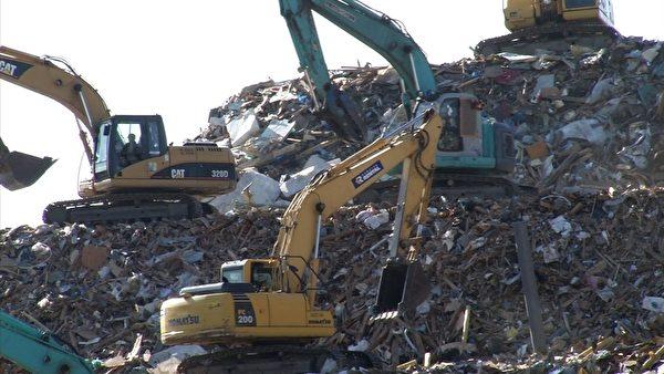 處理垃圾(攝像:楊樹森/大紀元)