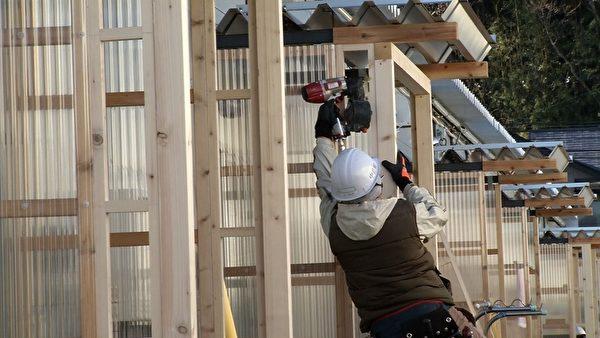 施工人員正在施工(攝影:楊樹森/大紀元)