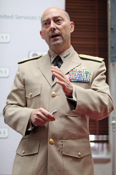 北约驻欧部队最高指挥官斯塔夫里迪斯(James Stavridis)近日被人假冒姓名在脸书上开设账户,并邀请西方国防部官员或军官成为好友,借机刺探军情。(Shaun Curry/AFP)