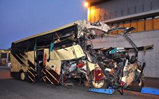 2012年3月14日,瑞士瓦萊州謝爾市,發生意外的巴士車頭嚴重損毁。(SEBASTIEN FEVAL/AFP)