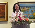藝術家傅淑敏請參觀畫展者能多多批評指教。(攝影:彭瑞蘭/大紀元)