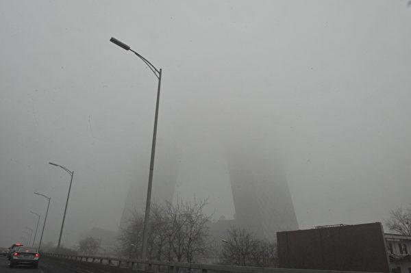 17日,华中、华北和华南地区均出现大雾天气,部分地方能见度不足50米。(AFP)