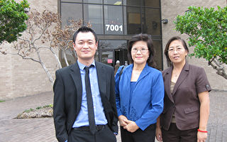 大樓管理辦公室經理人:(左起)Michael、Gloria和Susan在大樓門前合影。(攝影:孫玉玟/大紀元)