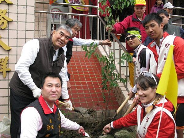 左楊梅市長彭聖富表示與熱血三青年張晏鐘等植樹(攝影:徐乃義/大紀元)