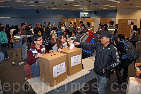 24日大批选民涌到香港理工大学投票站投票。(摄影:潘在殊/大纪元)