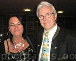 Nawroth 先生和女朋友Peggy喜歡神韻的音樂,想購買神韻光盤。(攝影:文華/大紀元)