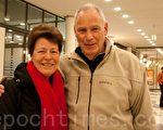 施密特先生和妻子觀看了3月26日在蘇黎世的最後一場神韻演出。(攝影:黃芩/大紀元)