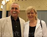 在蘇黎世會議宮劇院工作的Seifert夫婦觀看了3月26日的晚會。夫妻倆異口同聲地讚美:「神韻太有創意了,怎麼想出來的?」(攝影:黃芩/大紀元)