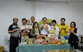 农业处企画行销科课长郑安国(右4)与参展农民团体、业者在农业处成果发表。(摄影:李芳如/大纪元)