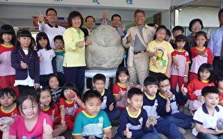 興安國小平安鳥石雕藝術創作者侯加福(後右一)、校長李舜隆(後左一)與學生一起合照。  (攝影:蘇泰安/大紀元)