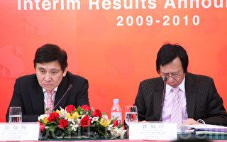 图为新鸿基地产联席主席郭炳江(右)和郭炳联(左)兄弟2010年出席新地业绩发布会。(摄影:余钢/大纪元)