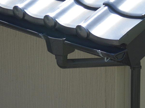 日本住宅房檐处积存雨水用的小槽。(作者提供)