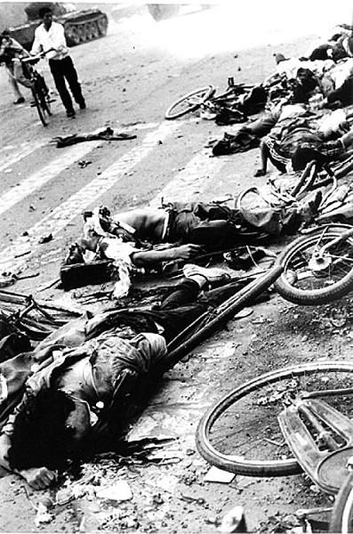 「六‧四」中共的坦克碾壓人的全景、全過程的照片。這些照片是89年國內學生委託西方記者帶出來的、此照片清清楚楚地證明中共戒嚴部隊的坦克是故意碾壓人的。(張健提供)