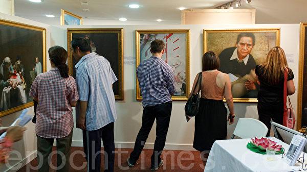 南澳观众在欣赏美展作品。(摄影:戴宁 / 大纪元)