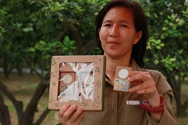 顏秀貞展示芳香撲鼻的柚花手工香皂(攝影:許享富/大紀元)
