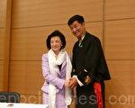 洛桑森格总理演讲完毕,向樱井良子理事长献哈达。(摄影:张本真/大纪元)