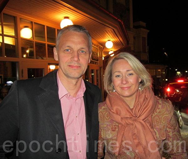 卡罗利纳‧罗斯隆德女士和自己的丈夫卡内斯‧罗斯隆德先生在看过神韵瑞典首演后盛赞演出。(摄影:唐峰/大纪元)