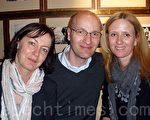 服务公司首席执行官Anders Ekby(中)和朋友Karin Schulze(左)、Åsa Laestadius(右)一起前来观看神韵演出(摄影:Yvonne/大纪元)