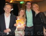 瑞典著名机械制造集团副主席罗伯特‧索巴齐先生(左)和女儿费里西亚(左二)与朋友们一起观看了演出,赞赏神韵表现了中华文化中的经典故事,现代动画科技的舞台运用也恰到好处。(摄影:唐峰/大纪元)
