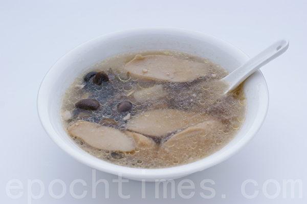 煮鸡胸肉剩余的高汤,放进各种菇类,煮开后就是一道美味又健康的养生菇菇鸡汤。(摄影: 江柏逸 / 大纪元)