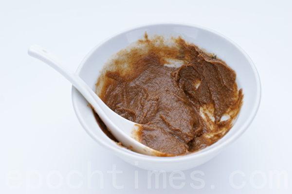 芝麻、糖、醋、香油、盐拌成酱汁备用。(摄影: 江柏逸 / 大纪元)