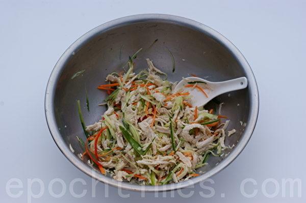鸡丝拉皮的做法:小黄瓜丝、红萝卜丝、辣椒丝、蒜末拌匀。(摄影: 江柏逸 / 大纪元)