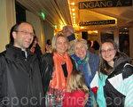 原子能工程师谢尔先生(左一)和一家人一起观看了神韵本年度在瑞典的第二场演出。(摄影:唐峰/大纪元)