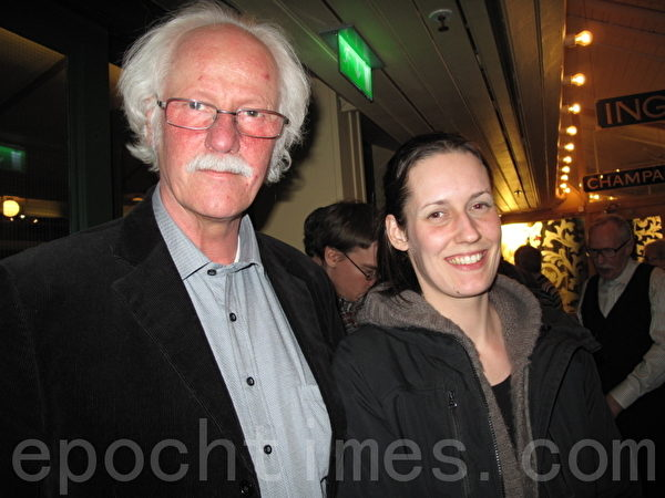 园艺师Leif Skoog和他的女儿表示明年还会再来观看神韵(摄影:马丽/大纪元)