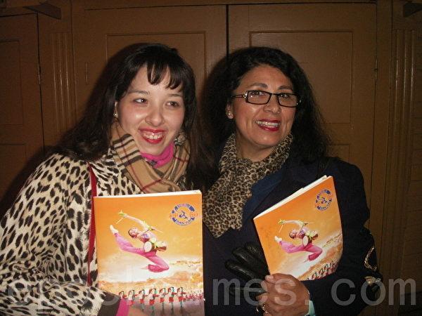 """医务工作者Soledad Parragues和她的女儿Madeleine Nordkvist,愿望:""""神韵一定要再次来到斯德哥尔摩!""""(摄影:明雅/大纪元)"""