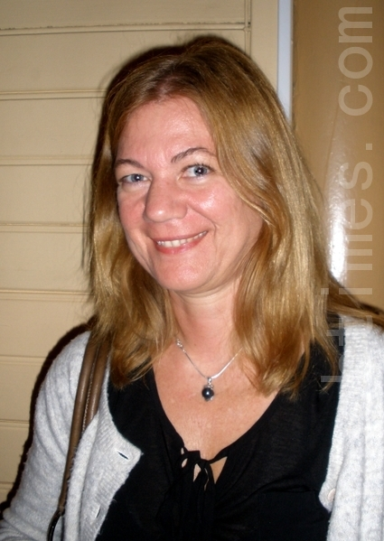 公司人力主管Gunilla Jernberg向记者表达了对神韵的赞赏(摄影:Yvonne/大纪元)