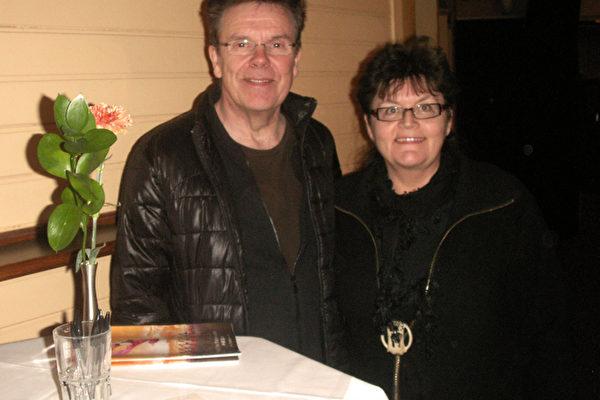 瑞典薩米族手工藝家瑞斯符葉夫婦,他們看到介紹神韻演出的小冊子,被上面精彩的畫面所吸引,於是一起前來觀看神韻演出。(攝影:明雅/大紀元)