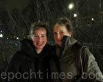安娜里克女士和母亲莉莉摩尔女士在看过神韵在斯德哥尔摩第二场演出后,表示了他们对神韵的赞美与祝愿。(摄影:唐峰/大纪元)