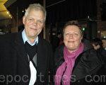 """2012年4月6日周五晚, 瑞典银行家格瑞博林先生与太太欣赏神韵最后一场演出后,发出由衷的赞叹:""""神是伟大的!""""(摄影: sussi willgren /大纪元)"""
