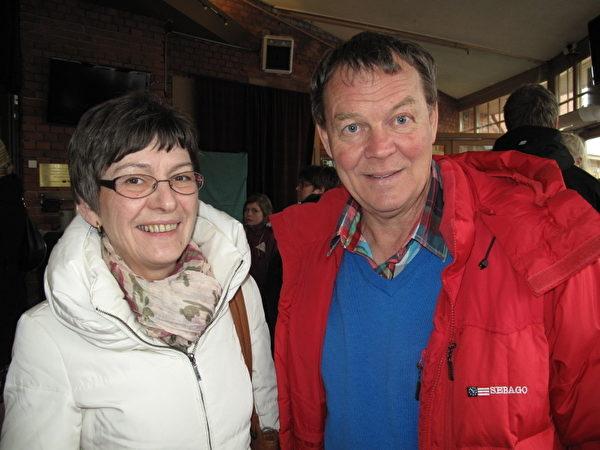 經濟學家Eiron Henningsson夫婦 (攝影:馬麗/大紀元)