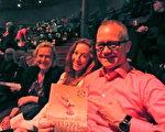企划创意公司总裁约翰‧仙台一家人在神韵演出现场表达了他们对神韵的喜爱。(摄影:唐峰/大纪元)