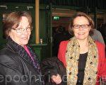 经济学家莫尼卡(右)与好友玛丽亚观看神韵在瑞典的第三场演出,感到无比愉快。(摄影:大纪元/林达)