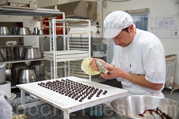 巧克力师傅正在精心以手工方式制作巧克力(摄影:李归燕/大纪元)