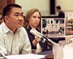 图为一名在中国接受器官移植的证人(左),出席美国国会的人权听证会,出示中国医院给他死囚的器官,并进行移植手术的证据。(LUKE FRAZZA/AFP/Getty Images)
