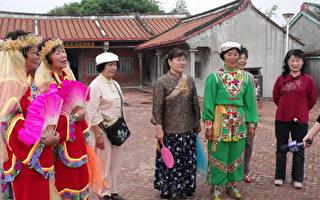 老人家高兴难得打扮及穿着漂亮衣服亮相,他们一致说这样跳起舞来心情很愉快。(摄影:丁弘毅/大纪元)
