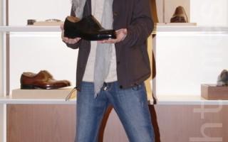 萧敬腾赴香港金像奖 歌迷老板送名牌鞋