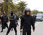 2012年4月9日,突尼斯示威者和安全部队冲突,镇暴警察在在哈比包格贝大道巡逻。(FETHI BELAID/AFP/Getty Images)