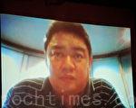 前89学运领袖吾尔开希昨日在一个论坛上透过视像画面与学生交流。(摄影:梁路思/大纪元)