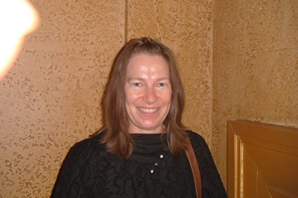 2012年4月13日晚,幼儿园教师罗宾森(Julie Robinson)女士观赏了神韵艺术团在墨尔本丽晶剧院的第三场演出。(摄影:费姗姗/大纪元)